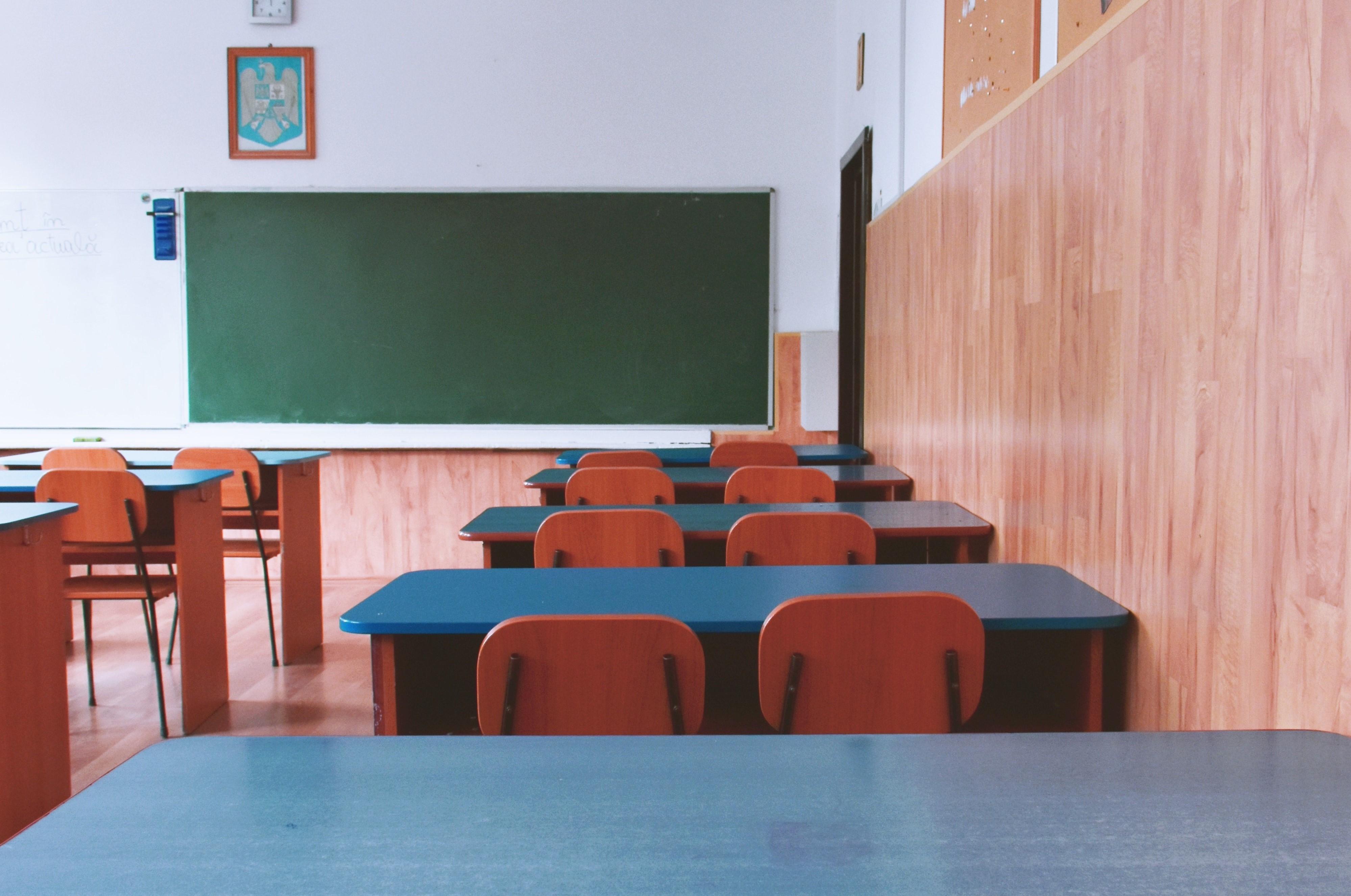 Iskola, óvoda, tanterem, vagy más oktatási intézmény burkolás